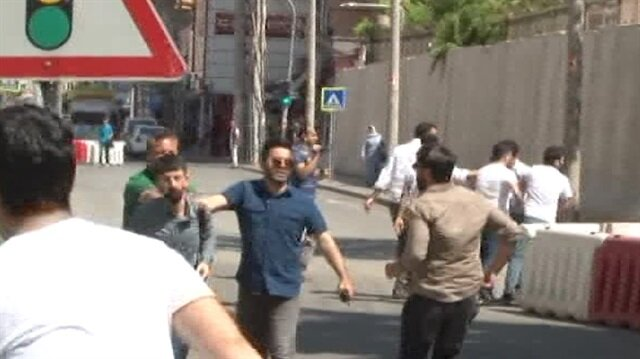 Polis, Öcalan lehine slogan atan şahsı böyle paketledi