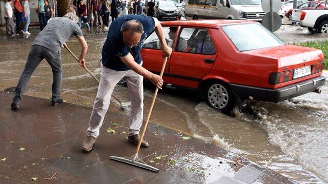 Yaklaşık bir saat süren sağanak ve dolu yağışı hayatı olumsuz etkiledi