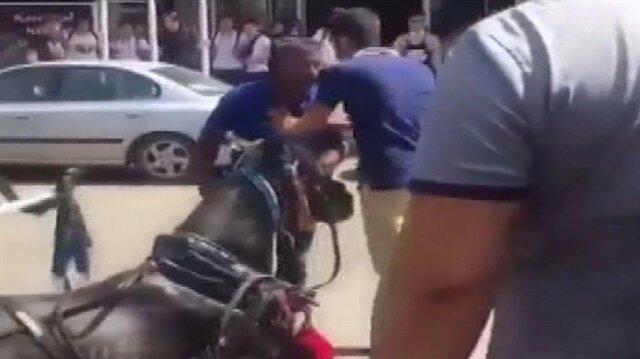 Faytona koşturulan at aşırı sıcaktan yere yığıldı... Vatandaşlar tepki gösterdi