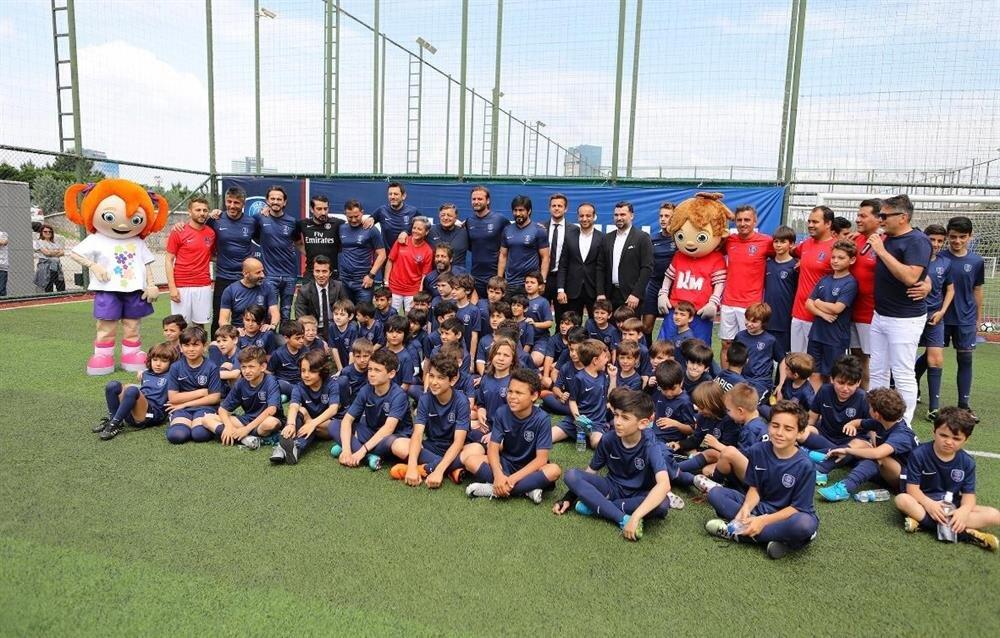 Okulun açılışına katılan Türk futbolunun önemli isimleri futbolcu adaylarıyla toplu poz verdi.