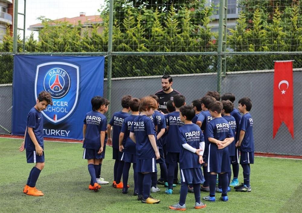 Serhat Akın deneyimlerini futbolcu adaylarına aktardı.