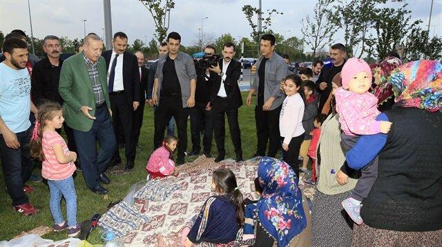 بالصور:أردوغان يتبادل الحديث مع مواطنين في إسطنبول قبيل الإفطار