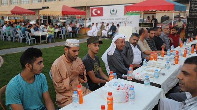 مائدة إفطار تركية تجمع فقراء غزة وأيتامها