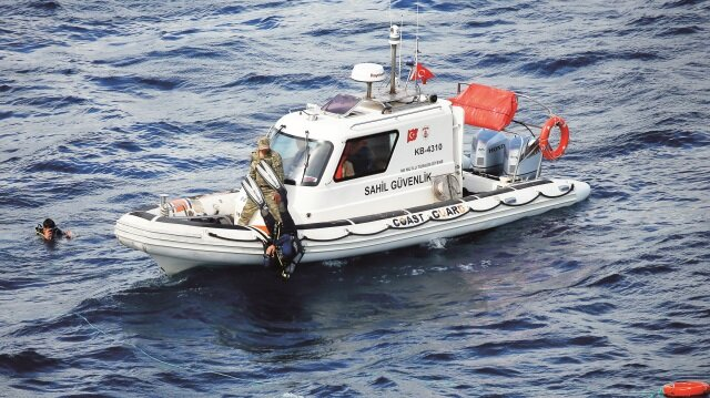 Dalgıçlar, batan teknenin yerini tespit edebilmek için dalış yapıyor.