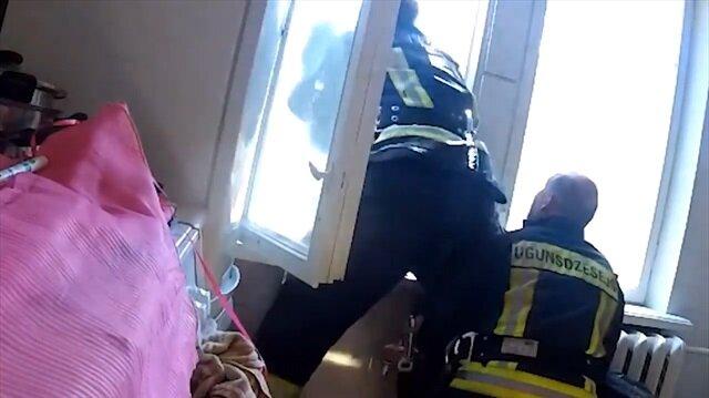 Dördüncü kattan atlayan adamı üçüncü katta yakaladı!
