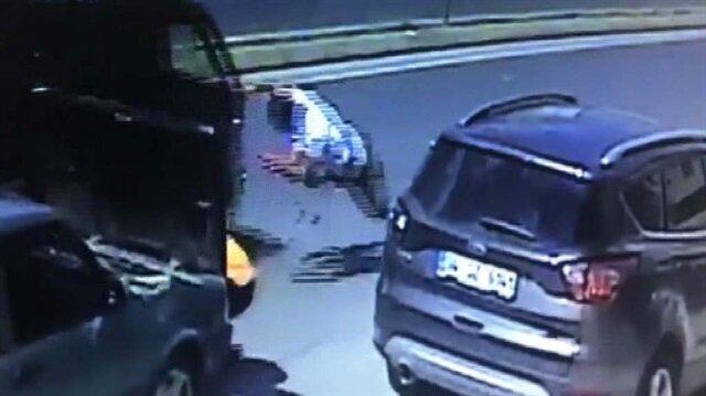 Aracını tamir eden sürücüye otomobil çarptı