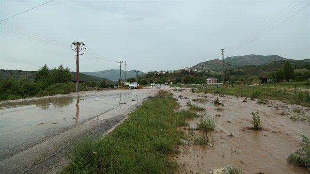 Tunceli'de etkisini arttıran sağanak yağış nedeniyle Tunceli-Pülümür-Erzincan karayolu yaklaşık yarım saat kapalı kaldı.