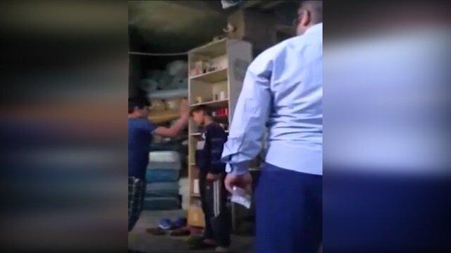 İşe geç kalan çocukları birbirine dövdürdü!