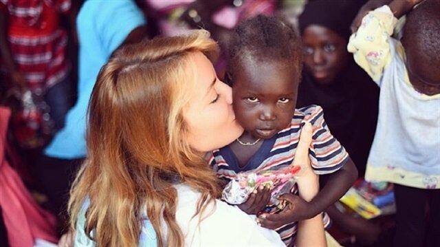 Gamze Özçelik Afrikalı çocuklara bayramlık götürdü