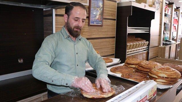 Yerde yüklü miktarda para bulan pastane işletmecisi, paranın sahibini her yerde arıyor.