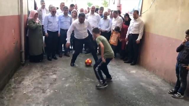 Bakan, Aşkın Bak sokak maçı yaptı