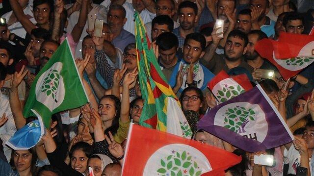 Miting alanında terör örgütü PKK'ya ait bez parçası açıldı.