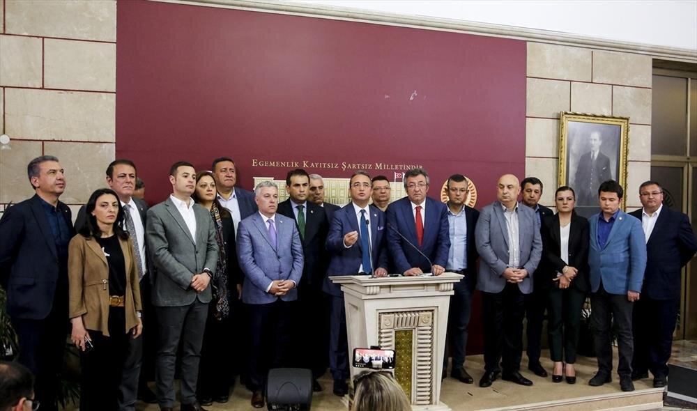 Cumhuriyet Halk Partisi'nin 15 milletvekili partisinden istifa ederek İYİ Parti'ye geçmiş kısa bir süre sonra tekrar partilerine dönmüştü.