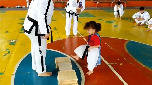 İzleyenleri kahkahaya boğan minik karateci