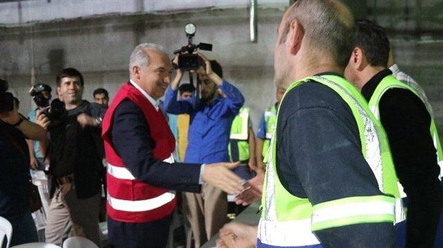 İBB Başkanı Uysal, Mahmutbey Metro inşaatı işçileriyle sahur yaptı