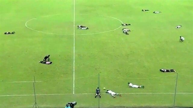 Tüm futbolcular bir anda yere kapaklandı