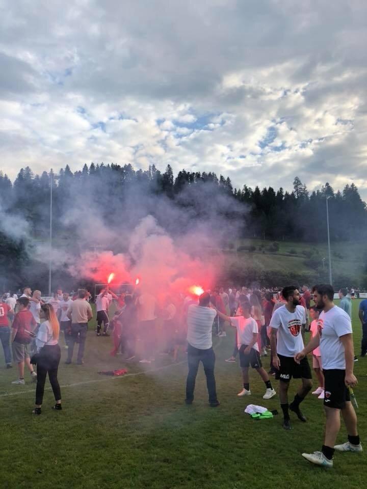 Bosphorus takımı 2. Lig'e yükselmenin coşkusunu 400 kadar taraftarıyla yaşadı.