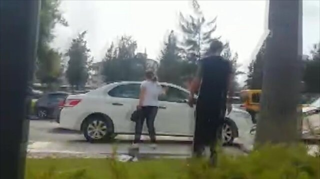 Polise kızdı kendi arabasını taşladı