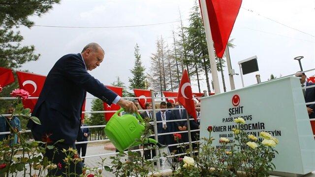 Cumhurbaşkanı Erdoğan, Ömer Halisdemir'in kabrini suladı, dua etti