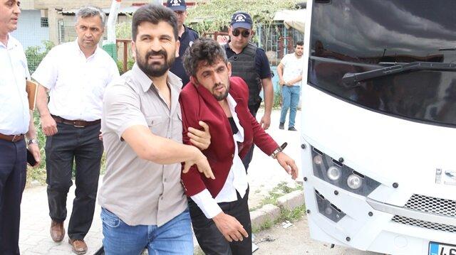 Ünsal, miting alanındaki partililer tarafından bulunduğu yerden indirilerek darbedildi.