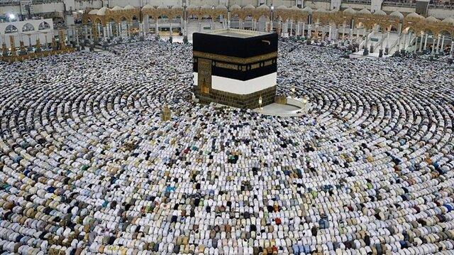 Suudi vatandaşlar ve Umre'ye giden Müslümanlar Kadir Gecesi'nde Kabe'ye akın etti.