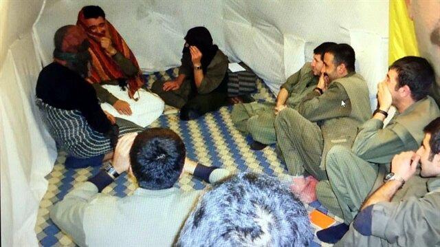 Fotoğraflarda, tamamı erkek teröristlerden 3'ünün, etek giyip şal takarak diğer teröristlere tiyatro gösterisi sunduğu görülüyor.
