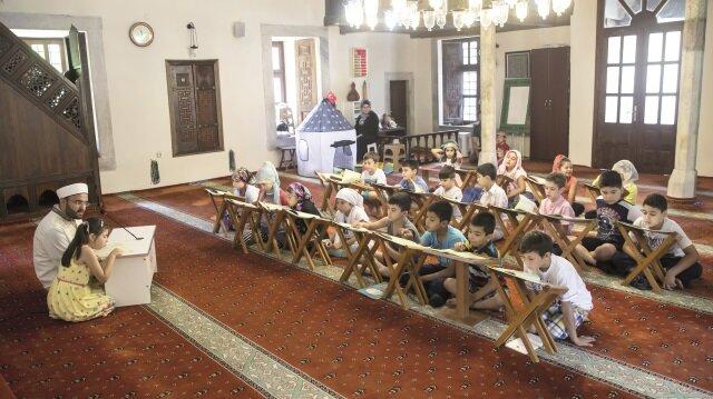 Çocuklar yaz Kur'an Kurslarında 3 ay boyunca Kur'an'ı Kerim-i ve yüce dinimizin temel değerlerini öğrenecek.