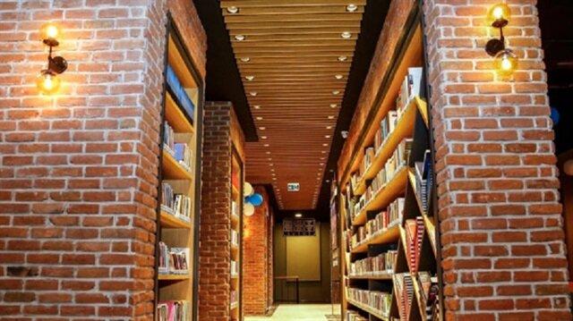 Üç katlı kıraathanede büyük bir kütüphane bulunuyor.