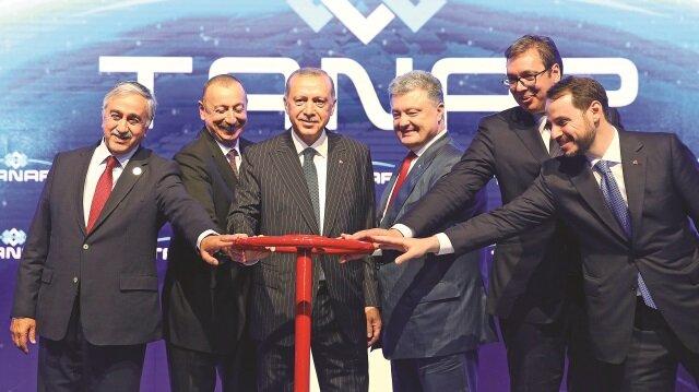 Cumhurbaşkanı Erdoğan, Azeri doğalgazını Türkiye üzerinden Avrupa'ya taşıyacak TANAP'ın açılışını tarihi bir adım olarak nitelendirdi.