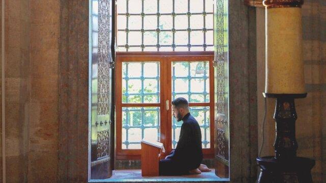İstanbul'daki camilerde sadece yaşlılar değil gençler de itikafla arınıyor.