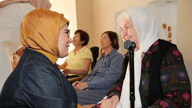 Emine Erdoğan, Prof. Dr. Fahrettin Kerim Gökay ve Nilüfer Gökay Küçük Çamlıca Huzurevi'ni ziyaret etti. 