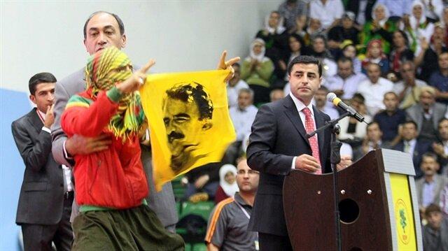 HDP mitinglerinde bugüne kadar birçok kez terör ele başının görselleri ve sözde bayraklar açılmıştı.