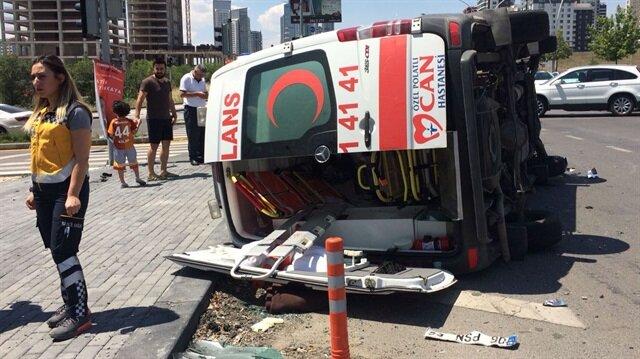 Kazanın ardından ambulans yan yatarken, olay yerine sağlık ekipleri sevk edildi.
