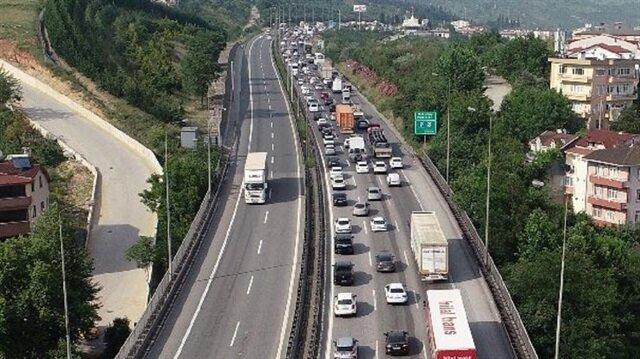 TEM Otoyolu İzmit geçişi Ankara istikametinde uzun araç kuyrukları oluştu.