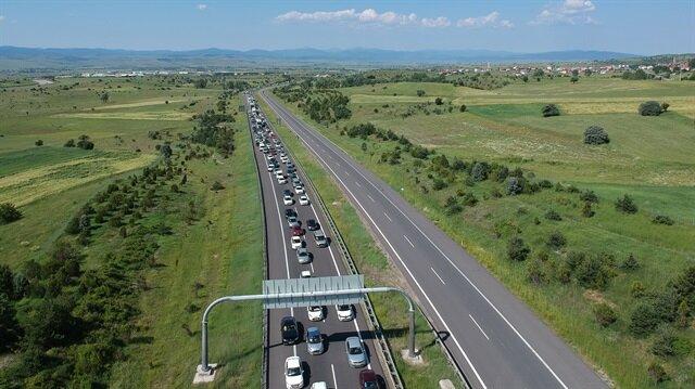 Bayram tatili için yola çıkanların oluşturduğu trafik havadan böyle görüntülendi.