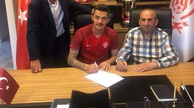 Yönetici Fazıl Ceylan masayı imzalarken görülüyor.