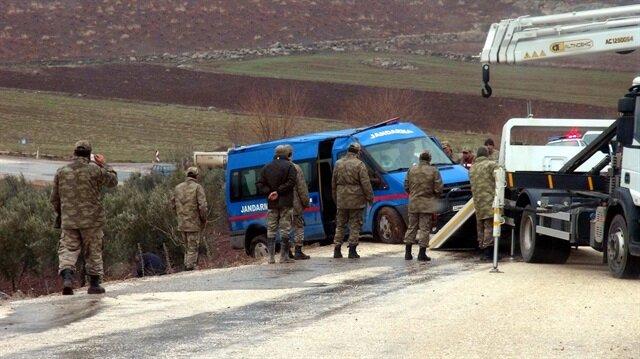 Askeri aracın devrilmesinin ardından bölgeye sağlık ekipleri sevk edildi.