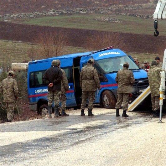 Mersin'de askeri araç devrildi