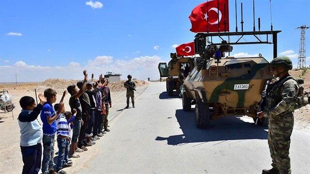 Münbiçli çocuklar Türk askerini selamlarken.