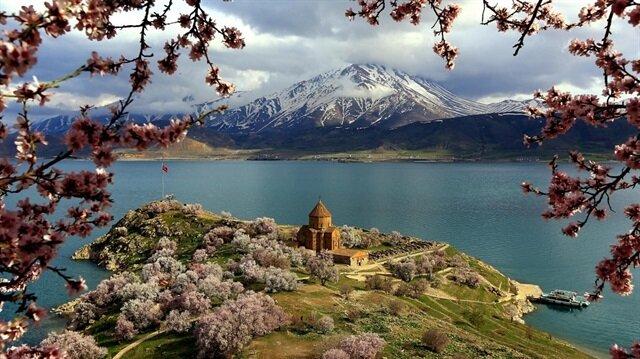 """بالصور حوض بحيرة """"وان"""" التركية جنة لمئات الطيور البرية"""