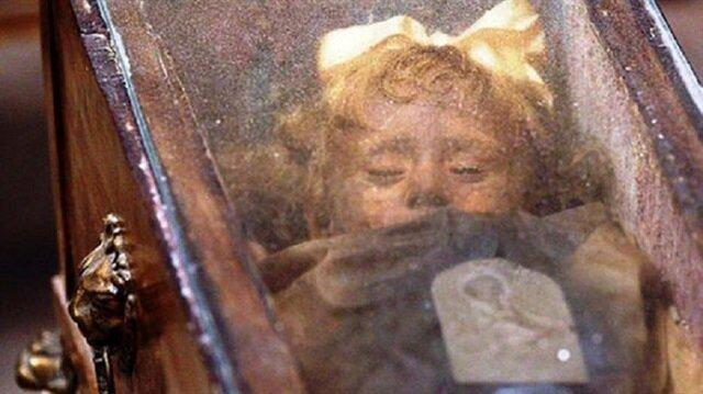 Kimse mumyalanmış küçük kızın gözlerine anlam veremiyor