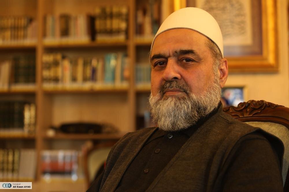 1966-1967'de Konya İmam Hatip Okulu'ndan mezun oldu.