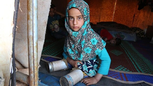 Disabled Syrian refugee girl uses tin cans for legs to go to school