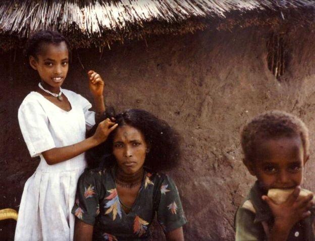 Etiyopya'dan Arous Resort'a getirilen ve İsrail'e nakledilmeyi bekleyen bir anne ve çocukları.