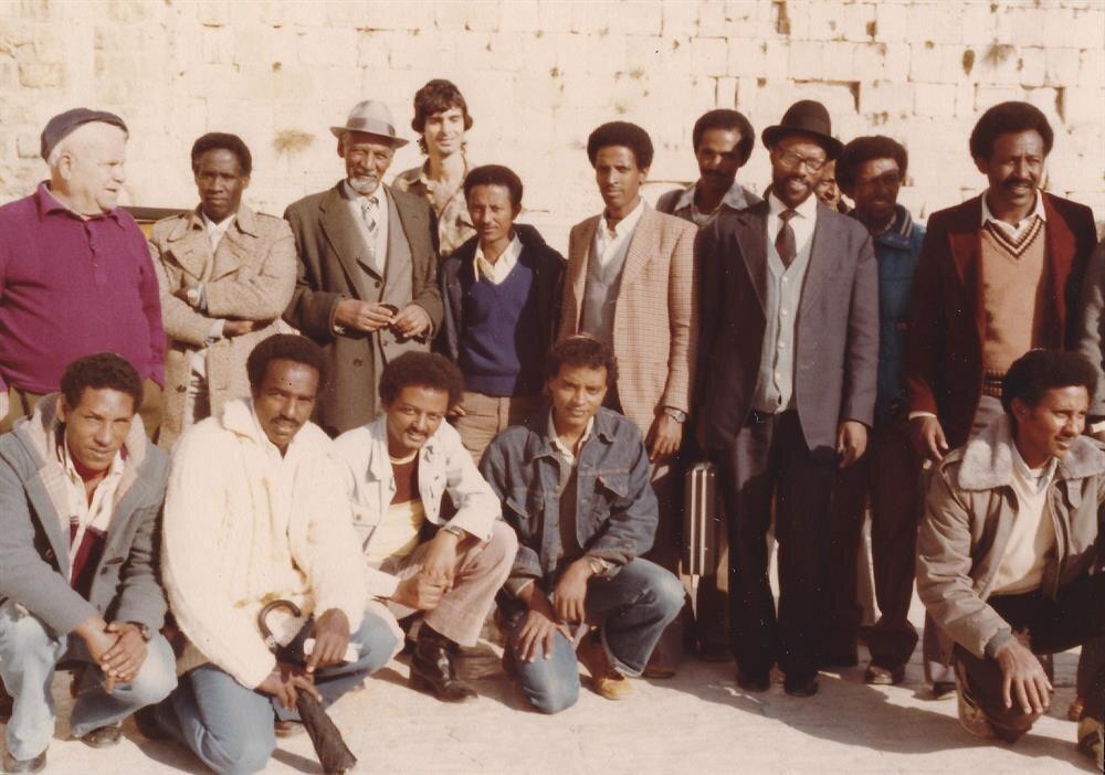 Etiyopyalı Yahudilerin lideri Yona Bogale (Ayakta, soldan üç), ilk göçlerle İsrail'e gelen Falaşalar arasındaydı.