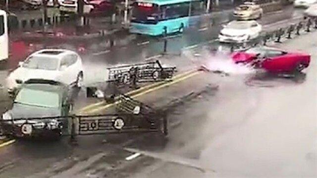 Feci bir şekilde kaza yapan kadın küçük yaralarla kazayı atlattı.