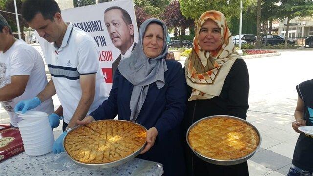 Denizli'de bir vatandaş Cumhurbaşkanı Erdoğan'ın seçim zaferini kent meydanında baklava dağıtarak kutladı.
