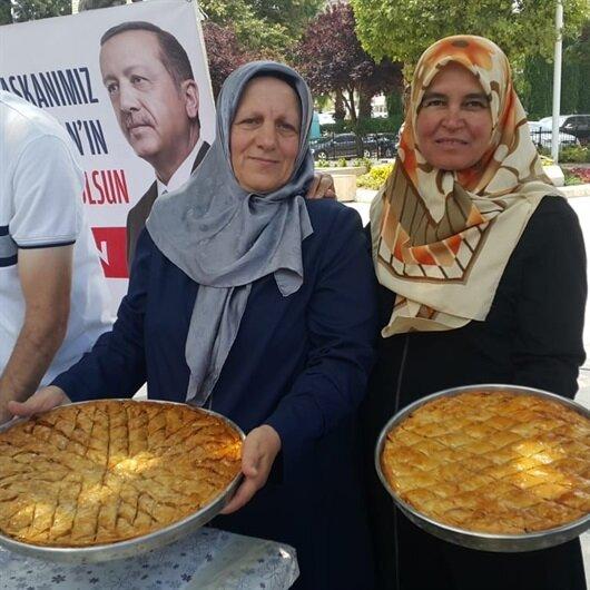 Erdoğan'ın zaferini kent meydanında baklava dağıtarak kutladı