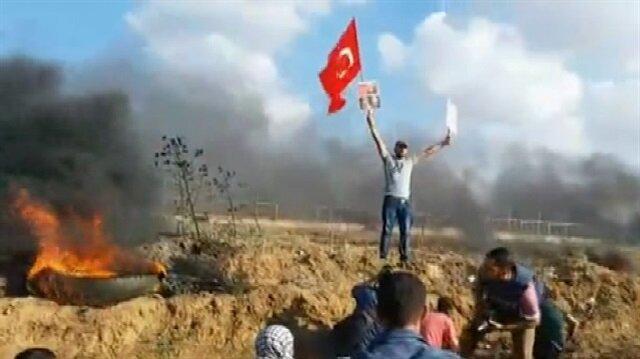 Gazze gösterilerinde Türk bayrağı taşıyan Filistinli kamerada