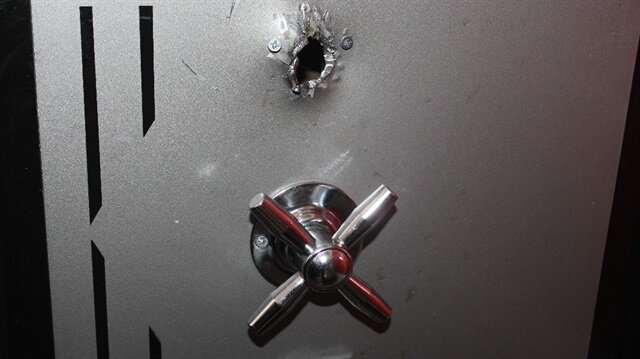 Hırsızlar, çelik kasayı delerek içinde bulunan 7 bin lirayı çaldı.